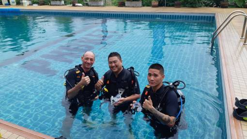 Learning to dive - open water diver course Thailand