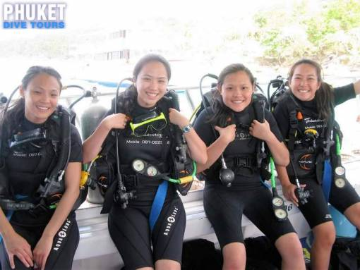 student divers trying scuba diving for the first time